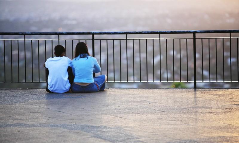 couple-watching-sunrise-2-1315675