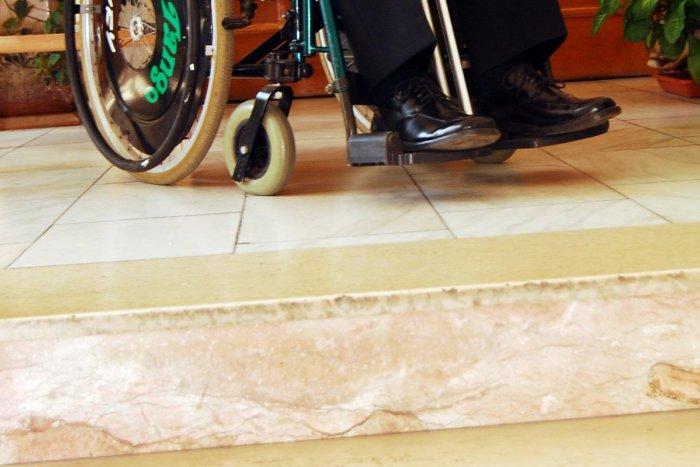 vozik-vozicek-bezbarierovy-schody-bariera